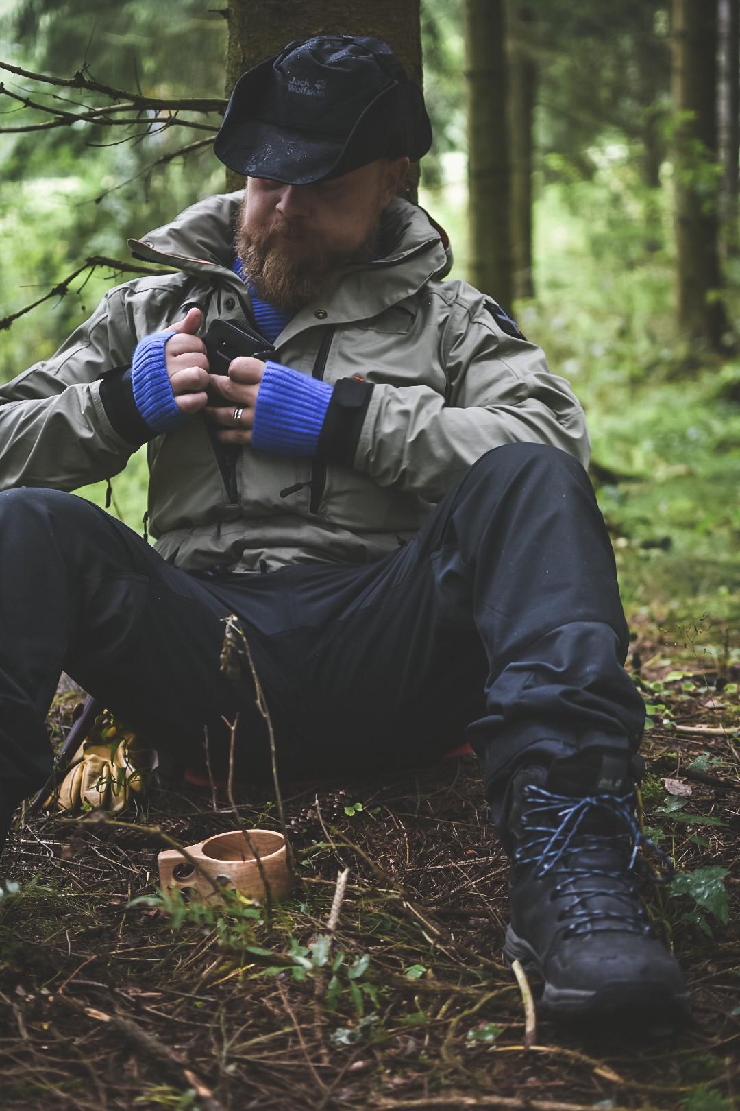 Ska det vara mobilförbud i naturen eller ska mobiltelefonen användas som ett verktyg