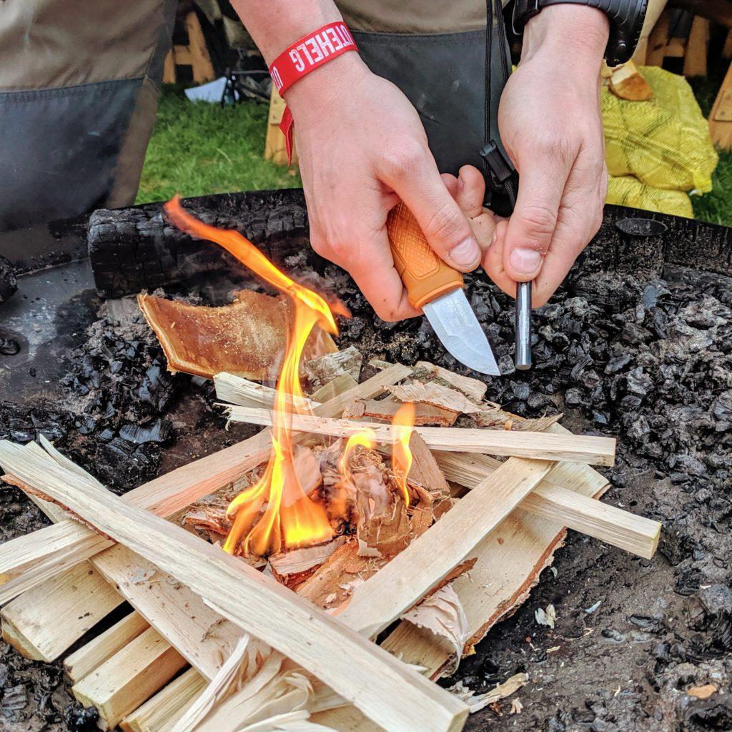 Friluftskanalen testar att göra eld med en Morakniv Eldris.
